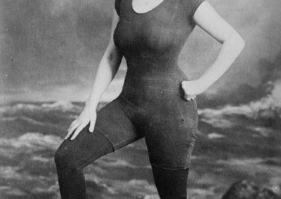 Débat d'images : Anette Kellerman promeut l'utilisation du maillot de bain en 1917. Elle sera arrêtée pour exhibitionnisme