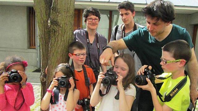 un-moment-de-partage-lors-dun-atelier-photo-en-famille